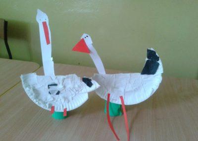 Bociany z papierowych talerzyków Jesień (Prace plastyczne) Marlena Wrońska Prace plastyczne Prace plastyczne (Dzień Zwierząt) Światowy Dzień Zwierząt Wiosna (Prace plastyczne) Zwierzęta (Prace plastyczne)