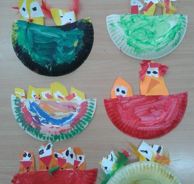 Kurczaczki w gnieździe z papierowego talerzyka