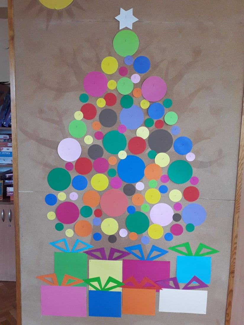 Ozdoba sali - Choinka z prezentami Alicja Mazur Kreatywnie z dzieckiem Nauka kształtów