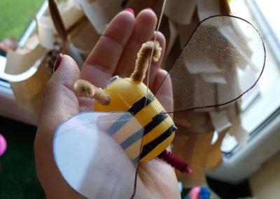 Pszczoły z opakowań po kinder jajkach Dominika Kobylak Kreatywnie z dzieckiem Lato Prace plastyczne Światowy Dzień Zwierząt Wiosna Zwierzęta Zwierzęta