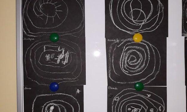 Kosmos kredą rysowany