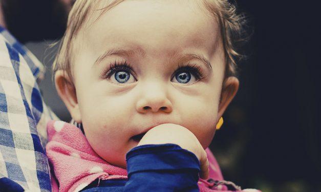Jak zachęcić moje dziecko, aby przestało ssać kciuk?
